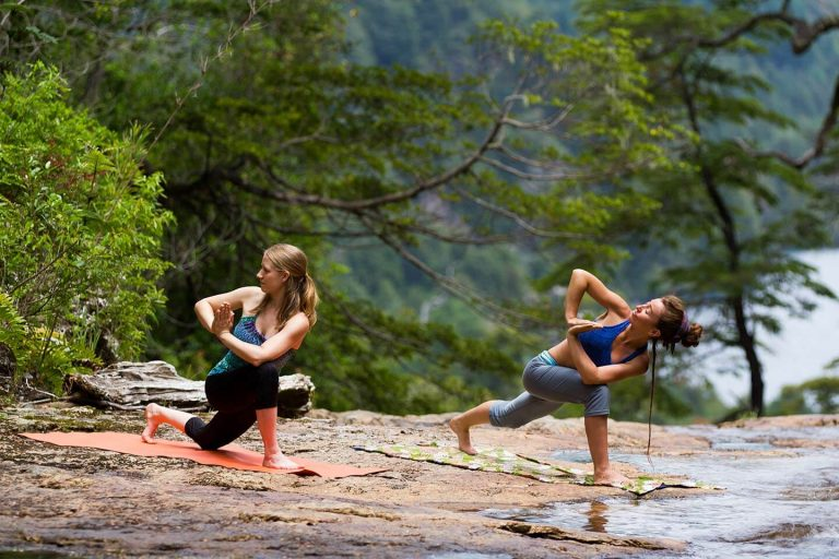 Stefanie und Paz - Yoga für Kletterer in Parque Huerquehue Chile